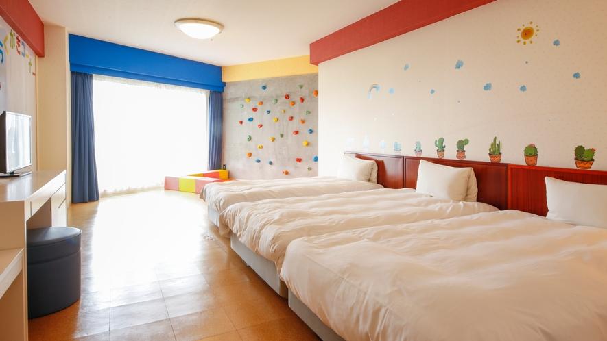★キッズルーム「愉楽~ゆら~」にはボルダリング設備とらくがきコーナー有♪3台並んだベッドが特徴的♪