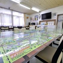 *食堂/川湯温泉・屈斜路湖畔周辺マップを眺めながら、本日の観光プランを計画!
