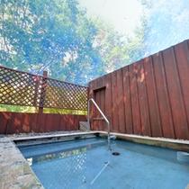 *露天風呂/こんこんと湧き出る温泉は源泉かけ流し湯。夜は星空を見ながら贅沢な湯浴みをどうぞ。
