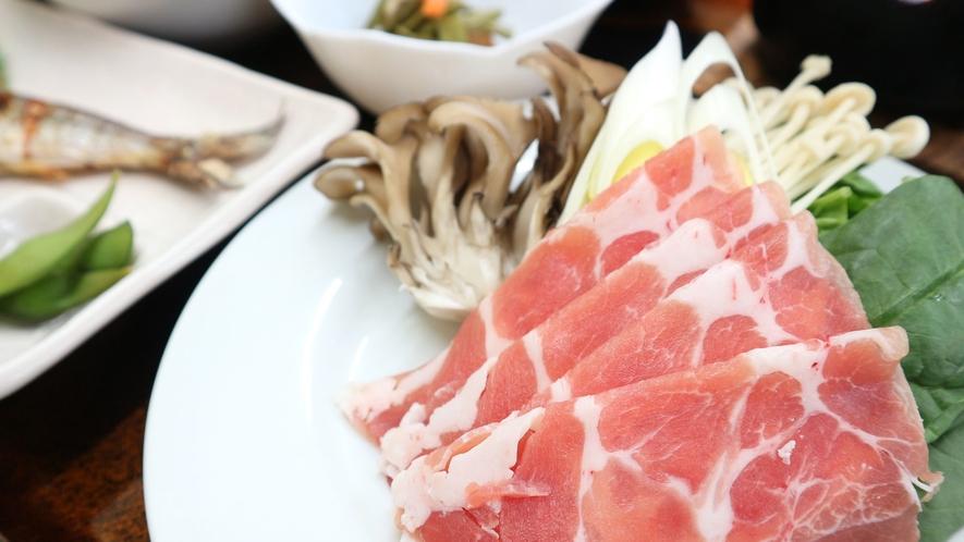 *夕食一例/ポーク肉のしゃぶしゃぶ。季節によってジンギスカンに変更になる場合もあります。