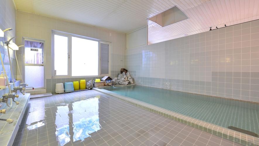 *大浴場/透明度が高く、青く透き通る仁伏温泉。お肌にやさしい弱アルカリ性の泉質です。