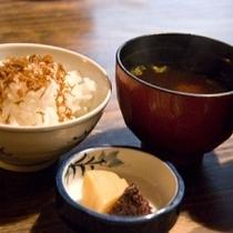 【ご飯と味噌汁♪】朝はやっぱりご飯と味噌汁♪暖かい味噌汁を飲むと「がんばるぞ!」の力がわいてきます!