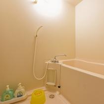 *大部屋(客室一例)/簡素ではございますが、バスルームを完備!お好きな時にご利用下さい。