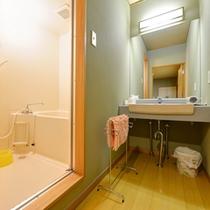 *大部屋(客室一例)/簡素ではございますが、洗面処、バスルームを完備いたしております。