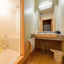 *和室10畳(客室一例)/簡素ではございますが、洗面処、バスルームを完備いたしております。