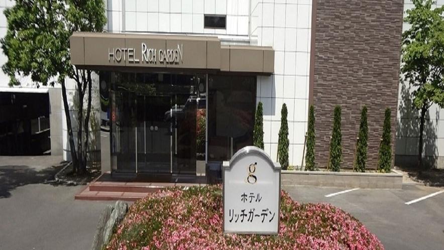 ホテル正面玄関(駐車場から正面玄関まですぐ目の前の距離です。スムーズに館内にお入りできます)