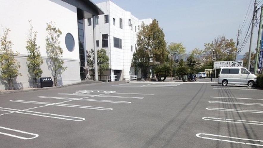 無料駐車場(大型車も駐車可。バイクでお越しのお客様には他に駐車スペースがございます)