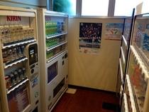 ソフトドリンク・アルコール・タバコの自販機は1階にございます。