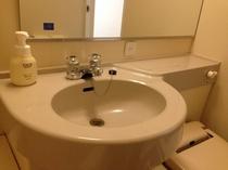 洗面台横にはフェイス・ハンドソープもご用意しております。