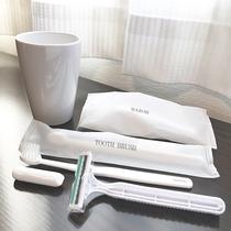 歯ブラシ・ヒゲソリ・コップ等のアメニティはユニットバス内にございます。
