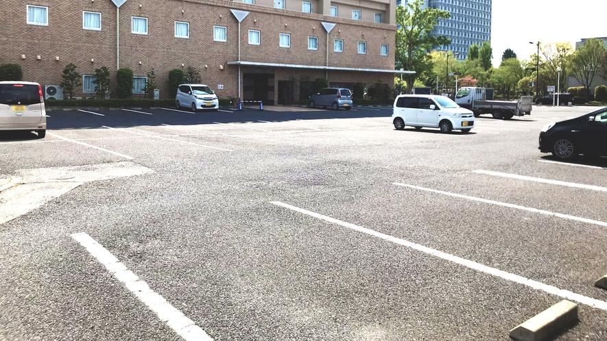 無料平面駐車場を122台分ご用意しております