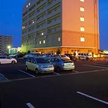 平面駐車場を122台分ご用意しております