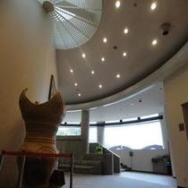 縄文式土器とエントランスホール