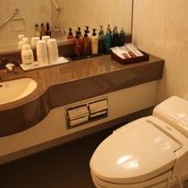 【トイレ・洗面】トイレは温水洗浄型です。男女各種アメニティや化粧品類をご用意しています。