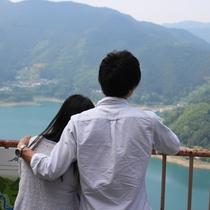 【城峯公園でお散歩】公園のてっぺんにある展望台から雄大な神流湖を望むことができます。