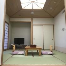 【特別室和室】ベッドルームと和室は襖で仕切られており、3世代に人気の客室です。広さは8畳です