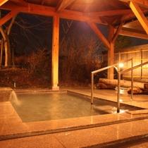 【桜の湯 露天風呂】御影石を使用した薬湯露天風呂です。四季の移ろいをご堪能下さい。