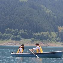 【神流湖でボート遊び♪】当館から車で5分。救命胴衣着用で安全・気軽に楽しめます