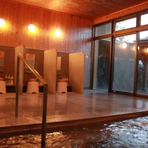 【桜の湯 内風呂】御影石を使用した大浴場です。ジェットバス仕様になっています。