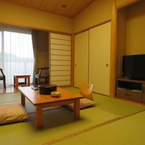【和室8畳】禁煙のお部屋です。デッキからの眺望は神流湖、山並みです。ごゆっくりお寛ぎ下さい
