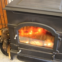 【ダッチストーブ】レストランに設置し、暖をとっています。炎をしばらく見入ってしまいます