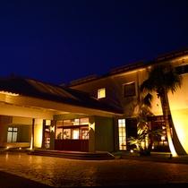 外観夜景 沖縄エグゼス石垣島 暖かい光とゆったりとした空間でお客様をお迎え致します。
