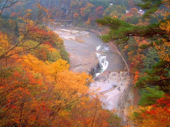 吹割の滝(紅葉シーズン)