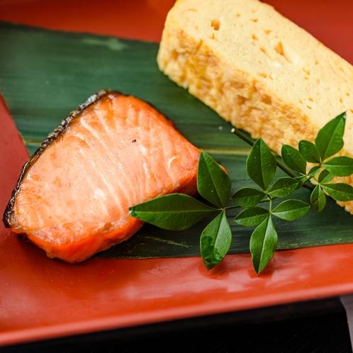 【朝食】和定食『籠入り娘』だし巻き卵と鮭
