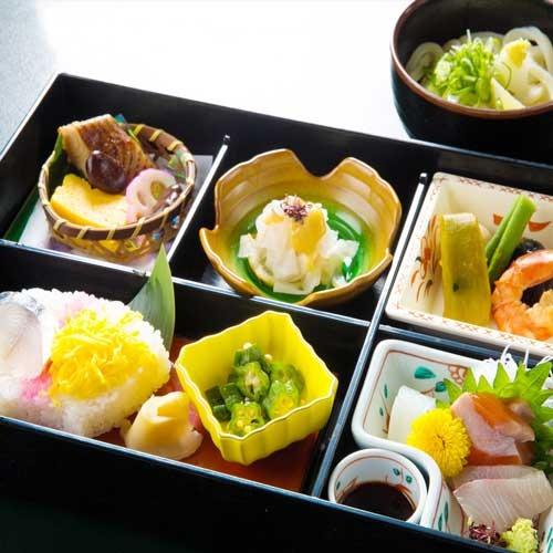 地元の素材を楽しむ夕食(3000円相当のコース)