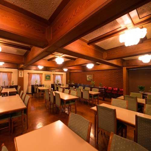 重厚な梁と照明が印象的なレストラン