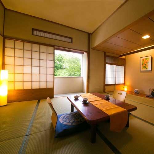 窓から美しい緑を楽しめる寛ぎの和室10畳のお部屋。
