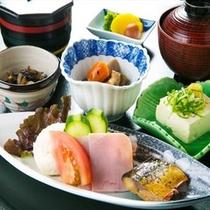 窓から差し込む爽やかな朝の光とやさしい緑を眺めながら楽しむ和朝食