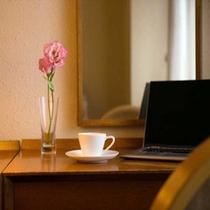 広々デスクでお仕事や1日の旅日記をつけるのに最適(客室にLAN設備はございません)
