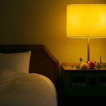 柔らかい光の間接照明で気持ちの良い睡眠を・・・。