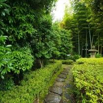 都会の喧騒を忘れさせる緑豊かな庭園