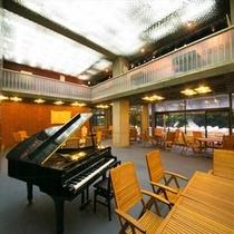 香川出身の大平総理大臣 (第68-69代)のご令嬢から寄付されたグランドピアノを備えるラウンジ
