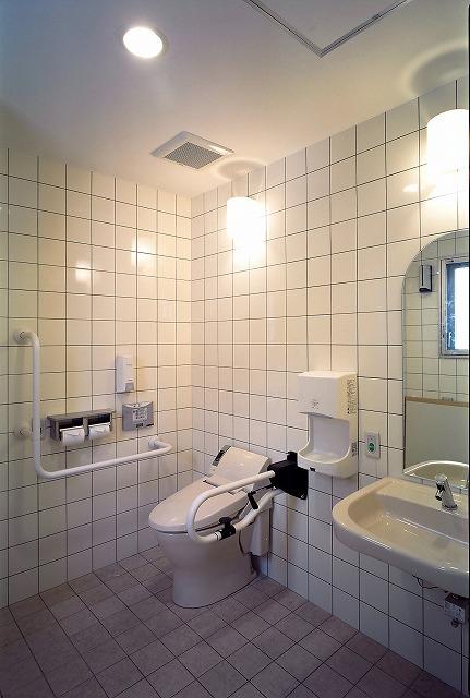 ロビーのバリアフリートイレ(車いす利用可、手すり有)