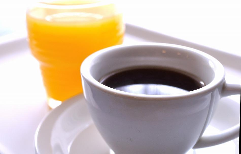 ジュースは朝食で、コーヒーは朝食堂とロビーで召し上がれます
