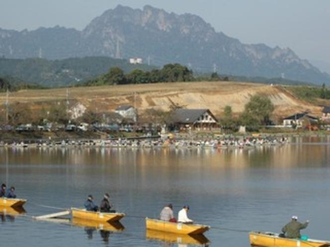 当館前の丹生湖のわかさぎ釣り