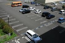 125台収容の平面駐車場です。大型車も駐車できます。