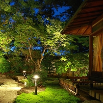 ライトアップされた「竹の間」の庭園