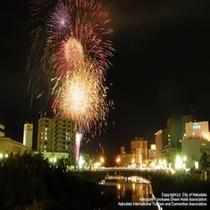 函館イベント【湯の川温泉いさり火まつり】当館から徒歩2分♪当館ロビーから花火が見えます♪