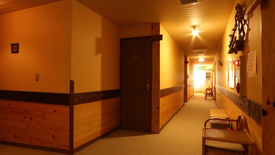 温かみのある木目と清潔感いっぱいの廊下