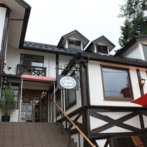 【外観】西湖のほとりにたたずむアンティークに囲まれたホテルです。創作フレンチをお楽しみ下さい♪