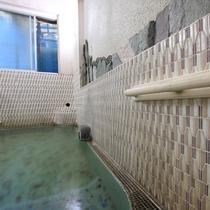*【温泉大浴場・女湯】入浴時の支えに。手すりもついています。