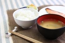 温かいご飯とお味噌汁