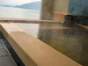 和洋室スイートの檜の露天風呂