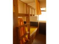 【2階男性専用ドミトリ-】各ベッドには荷物入れ、ライト&コンセントも着いてます