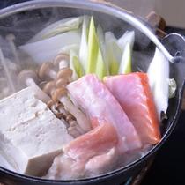 *お夕食一例(お鍋)/地元の採れ立て野菜やきのこ、鶏肉や鮭、全ての旨味が凝縮されたお鍋。