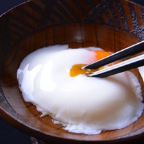 *お夕食一例(温泉卵)/ラジウム温泉に浸かった卵と和風のお出汁のハーモニー。白いご飯に◎